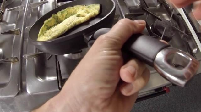 L'omelette mentre è rigirata