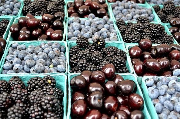 Frutta e ortaggi blu per un menu adatto a rafforzare la vista