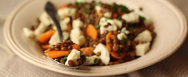 L'insalata di lenticchie e feta è pronta