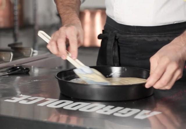 Il pan di Spagna versato in teglia