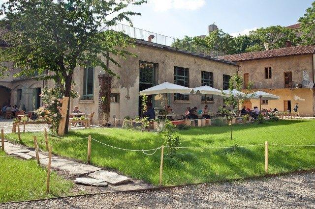 Esterni, Un posto a Milano