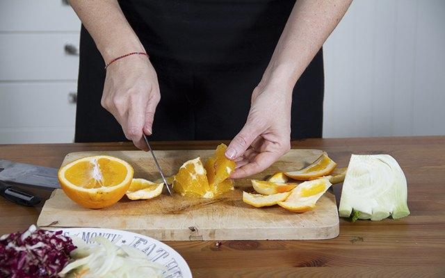 Taglio e pulitura delle arance