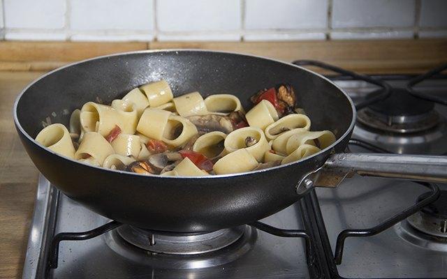La pasta in padella con cozze e porcini