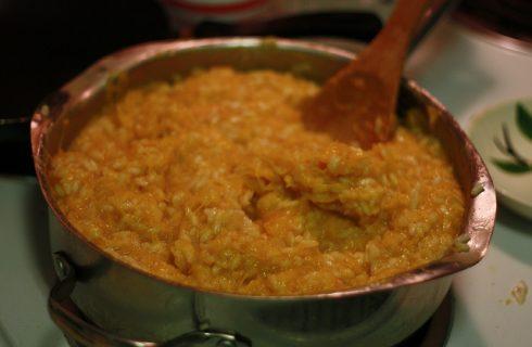 Il risotto alla zucca e salsiccia con la ricetta per uno sfizioso primo piatto