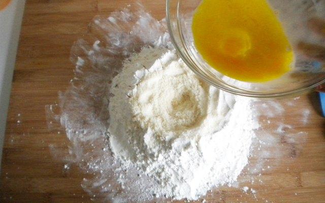 Preparazione dell'impasto per il pane al formaggio