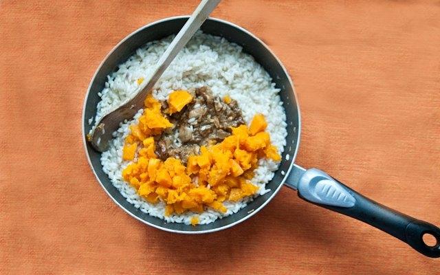 Porcini e zucca vengono aggiunti al riso