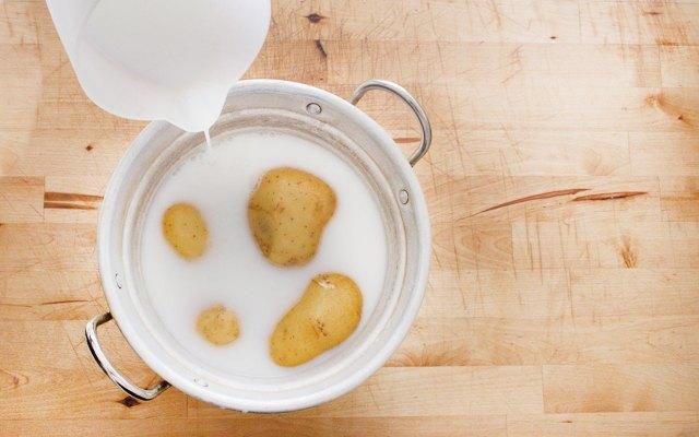 Cottura delle patate per la terrina