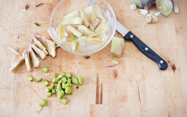 Taglio dei carciofi per i tortini
