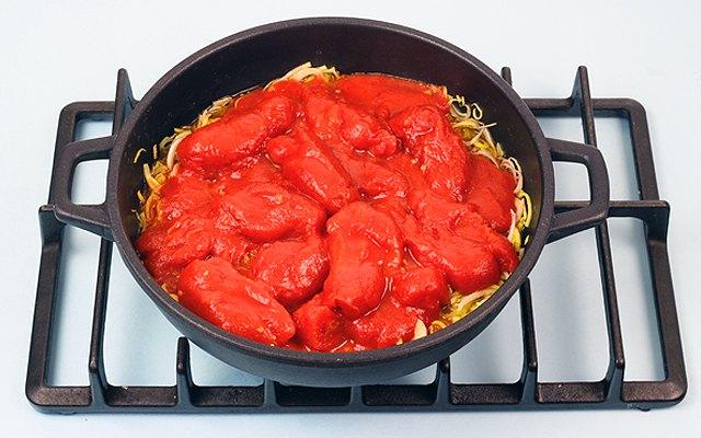 I pomodori pelati con il porro e il trito di ortaggi