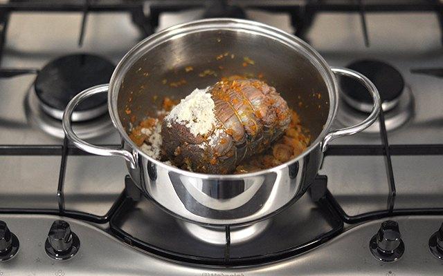 L'aggiunta della farina sulla carne