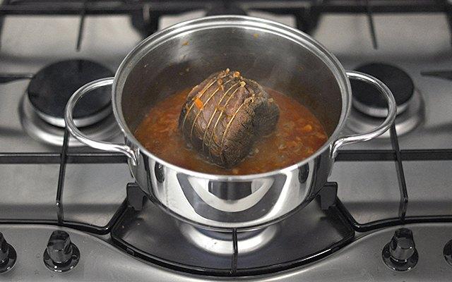 La carne con l'aggiunta del concentrato di pomodoro