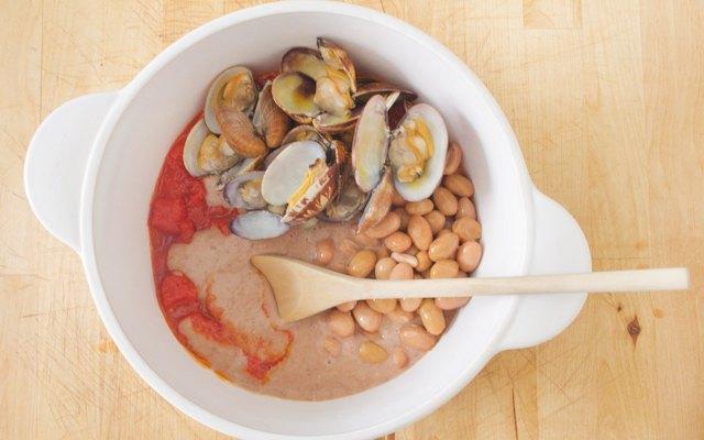Preparazione della minestra fagioli e vongole