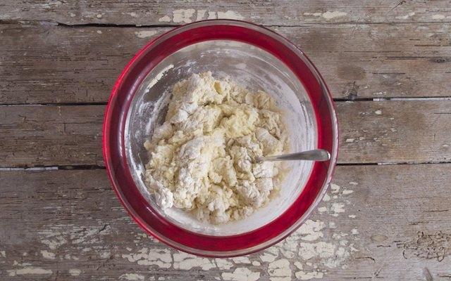 Amalgama degli ingredienti per il panettone gastronomico