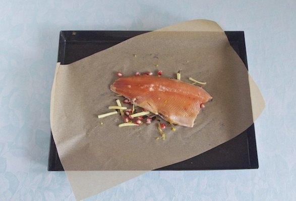 Trota salmonata al cartoccio pronta da cuocere