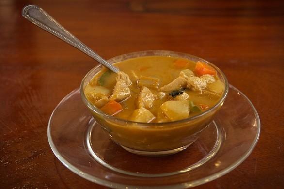 Come fare la zuppa al curry con verdure e carne