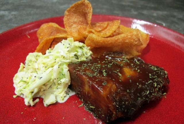 Agnello in salsa barbecue con coleslaw e chips