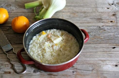 La mantecatura del risotto scampi e arancia