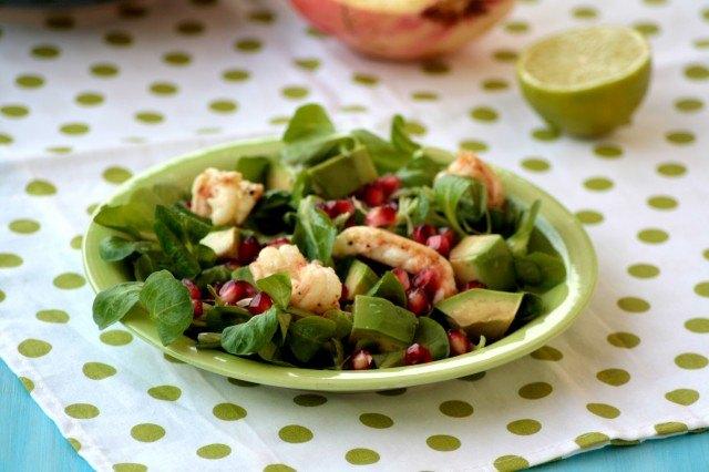 L'insalata di scampi e avocado è pronta.