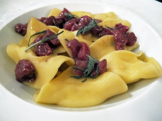 Ravioli burro e parmigiano, con carne di manzo e salvia