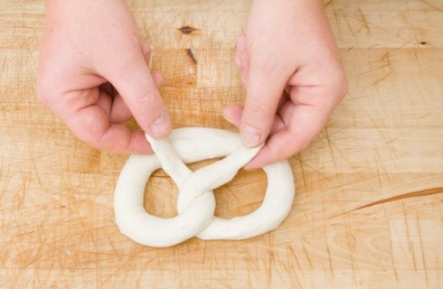 L'impasto dei pretzel prende forma