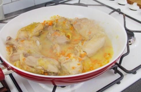 Il pollo alla cacciatora in cottura