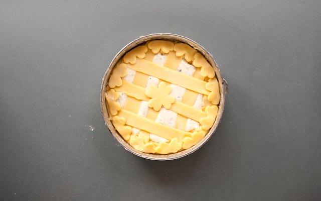 La decorazione della crostata ricotta e cioccolato