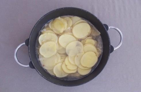 Le patate in cottura con il brodo vegetale