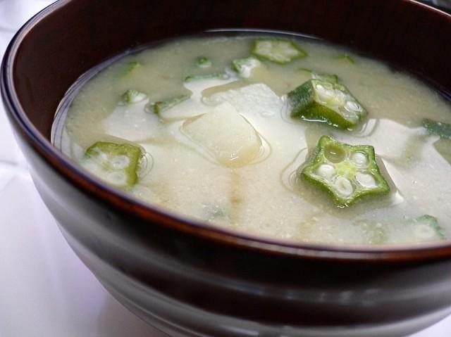 Zuppa di miso, okra e nagaimo