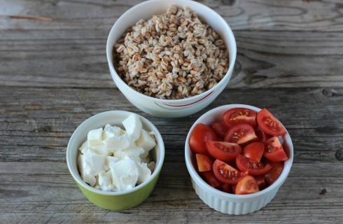 Il farro, la mozzarella e i pomodori tagliati a dadini