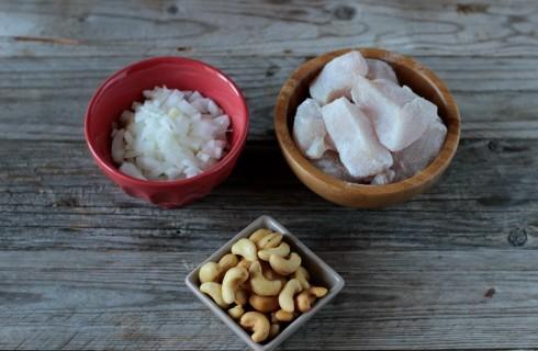 La preparazione del pollo agli anacardi