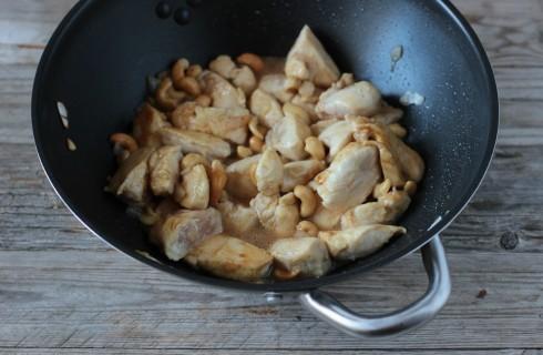 La cottura del pollo agli anacardi