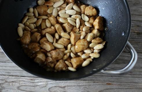 Il pollo alle mandorle saltato nel wok