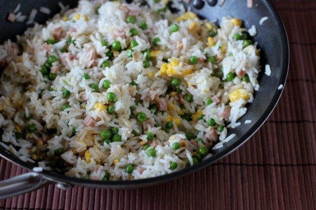 Il riso alla cantonese nel wok