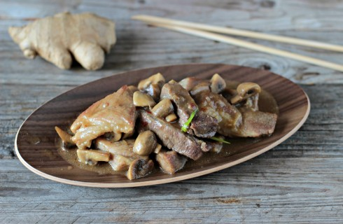 Maiale thailandese con funghi e zenzero