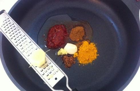 La preparazione della pasta di curry