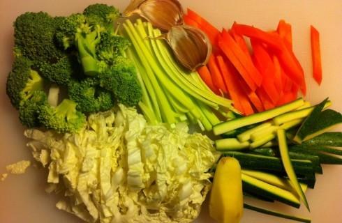 Le verdure tagliate a julienne per la zuppa di noodles