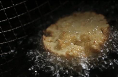 La frittura della mozzarella in carrozza