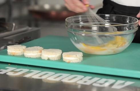 La preparazione della mozzarella in carrozza