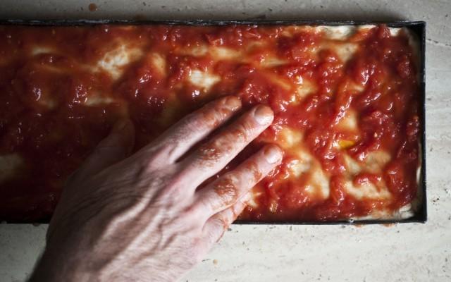 pizza veloce condita con pomodori
