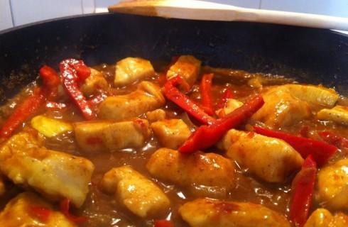 Il pollo al curry in cottura
