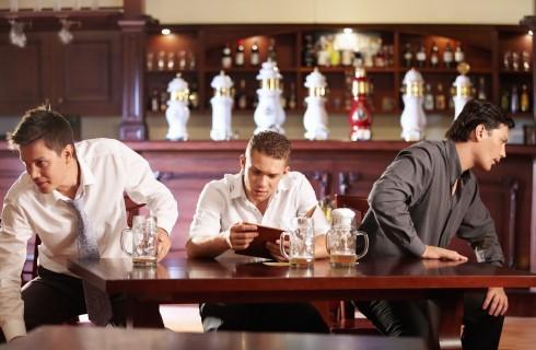 Galateo al ristorante: chi paga il conto?