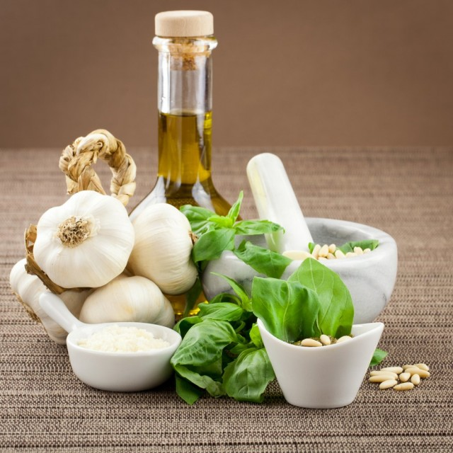 Gli ingredienti del pesto genovese