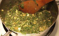 Gli spinaci al burro e formaggio con la ricetta semplice