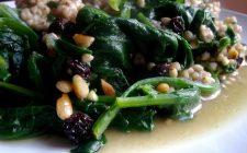 Gli spinaci saltati in padella con pinoli, ecco il contorno gustoso