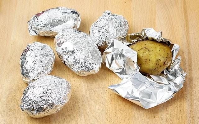 Le patate avvolte nella carta stagnola