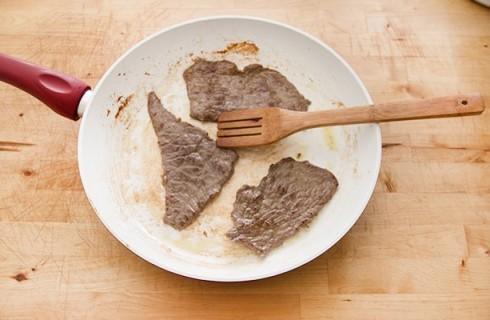 Le fettine di carne cotte in padella