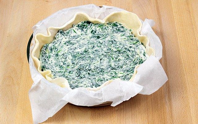 Il confezionamento della  torta rustica ricotta e spinaci