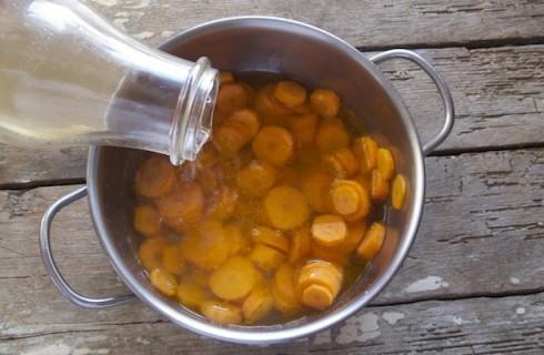 Le carote stufate con il brodo vegetale