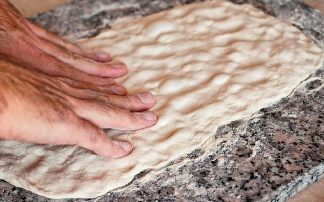 La stesura della pizza bianca