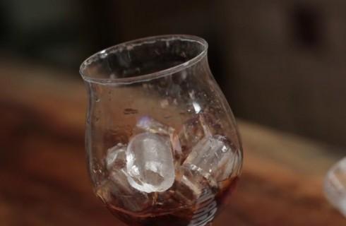 Ghiaccio nel mixing glasscon il manhattan
